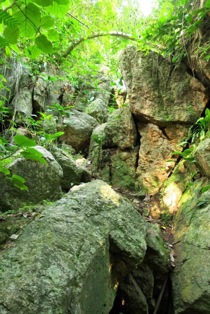 Felsen bei den Nawa Wasserfällen