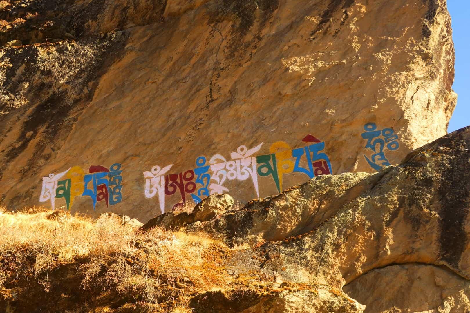 Spirituelles buddhistisches Graffiti auf Fels